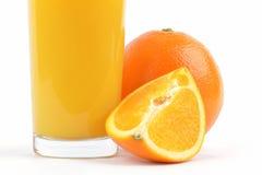 Fruktsaft och frukt på vit Arkivbild