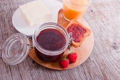 Fruktsaft- och jordgubbedriftstopp för frukost Royaltyfri Foto