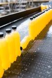 Fruktsaft och sodavatten som buteljerar fabriken arkivfoto
