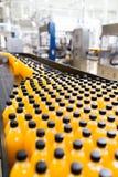 Fruktsaft och sodavatten som buteljerar fabriken royaltyfri bild