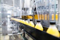 Fruktsaft och sodavatten som buteljerar fabriken royaltyfri foto