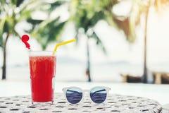Fruktsaft på den tropiska strandsemesterorten för lyxig simbassäng, sommarbegrepp royaltyfri bild