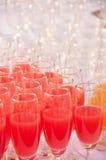 Fruktsaftar i ett exponeringsglas som tjänas som på att sköta om Royaltyfria Bilder