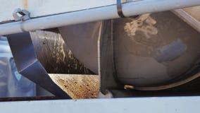 Fruktsaften flödar ut ur pressen Stor roterande press för juicing av druvorna Arbetet på vinodlingen stock video