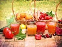 Fruktsafter och smoothies Arkivfoto