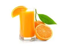 Fruktsaftexponeringsglas och orange frukt royaltyfri foto