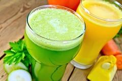 Fruktsaftgurka och grönsak i högväxt exponeringsglas Arkivfoton