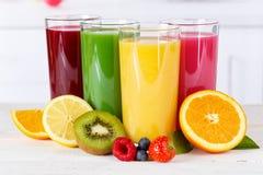 Fruktsaftsmoothiesmoothies som orange apelsiner bär frukt sunda frukter, äter arkivbild