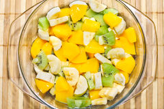 Fruktsallad av bananen, kiwi, persika Arkivfoto