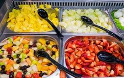 Fruktsallad i en restaurang arkivbilder
