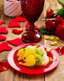 Fruktsallad i form av hjärtor Arkivbilder