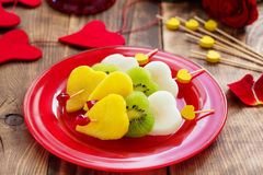 Fruktsallad i form av hjärtor Arkivfoto