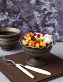 Fruktsallad med honung och yoghurt Arkivbild