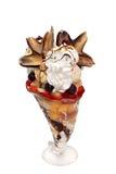 Fruktsallad med isolerade icecream, kräm och toppning Royaltyfri Foto