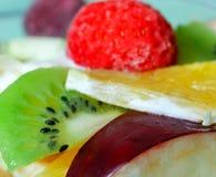 Fruktsallad med jordgubbar, apelsin och kiwi Arkivbild