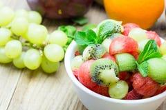 Fruktsallad med jordgubbar, apelsiner, kiwin, druvan och watermel Royaltyfria Bilder