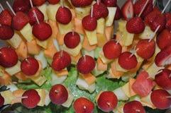 Fruktsallad med skewered jordgubbe-, ananas- och melonstycken Royaltyfria Bilder