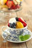 Fruktsallad med yoghurt royaltyfria foton
