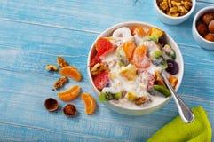 Fruktsallad med yoghurt- och muttercloseupen arkivbild