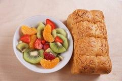Fruktsallad och bröd Fotografering för Bildbyråer