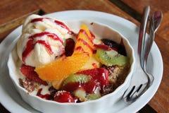 Fruktsallad och icecream Arkivbilder