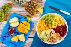 Fruktsallad på uppläggningsfatet på tabellen Royaltyfria Foton