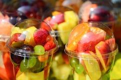 Fruktsallad som är ordnad i plast- koppar royaltyfria bilder