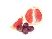 Fruktsammansättning av den mogna grapefrukten och druvor Royaltyfria Foton