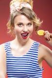 Fruktserie Stående av att le passionerat Caucasian blont Royaltyfri Fotografi