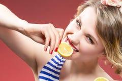 Fruktserie Stående av den passionerade Caucasian blonda stickande citronen Royaltyfri Fotografi