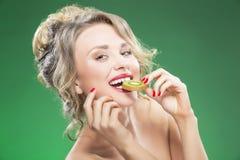 Fruktserie Stående av den sinnliga Caucasian blonda modellen With Diastema Royaltyfria Foton