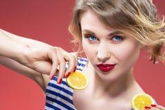 Fruktserie Stående av passionerat Caucasian blont med två citroner Royaltyfri Bild