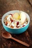 Fruktskivor med yoghurt på bunken på trätabellen Arkivfoton