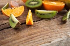 Fruktskivor på träbakgrund Royaltyfria Bilder