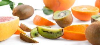 Fruktskivor på vit bakgrund Arkivfoto