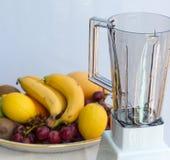 Fruktsmoothien visar saftiga Liquidiser och blandning Royaltyfria Foton