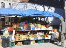 Fruktställning i den Chelsea grannskapen i Manhattan Royaltyfri Fotografi