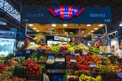 Fruktställning i den LaBoqueria marknaden, Barcelona Arkivbild