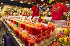 Fruktställning i La Boqueria, Barcelona Arkivbild