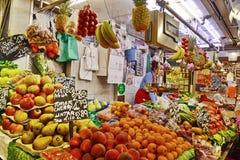 Fruktställning in på Boqueria Royaltyfri Bild