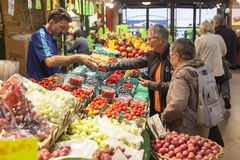 Fruktställning på marknaden i Toronto, Kanada Arkivfoton