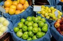 Fruktstall i marknaden Arkivfoto
