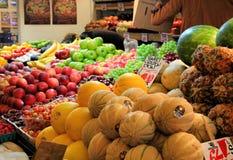 Fruktställning på den offentliga marknaden för pikställe Arkivbild