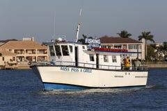 Fräulein Pass ein Fischerboot des Grills, das zum Dock nach einem Tag im Golf von Mexiko zurückgeht Stockfotos