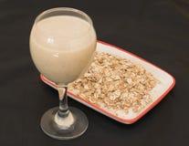Frullati con i fiocchi del latte, della banana e di avena Fotografia Stock Libera da Diritti