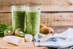 Frullati dalla banana, dagli spinaci e dal kiwi su una tavola di legno Fotografie Stock Libere da Diritti