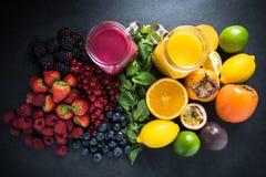 Frullati della frutta di bacche e della frutta tropicale Fotografie Stock
