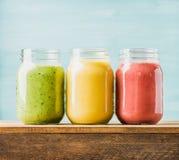 Frullati di recente mescolati della frutta di vari colori e gusti Fotografia Stock Libera da Diritti