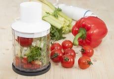 Frullati di verdure del pomodoro, pepe e sedano e prezzemolo. Fotografia Stock Libera da Diritti