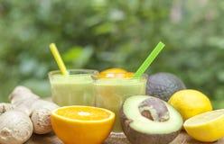 frullati elettrici sani sparati Zenzero-avocado della bevanda Immagine Stock
